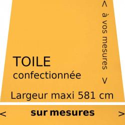 Toile unie couleur jaune (RAL 1003) confectionnée avec son lambrequin de forme droite.